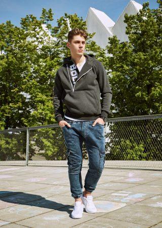 Sweatshirt aus der Bolf-Kollektion und Alltagsschuhe-perfektes Styling für das verlängerte Wochenende