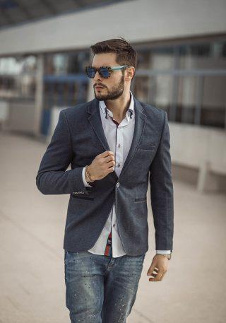 Weißes Hemd, Dunkelblaues Sakko und Blaujeans, zusammengestellt als perfektes casual Outfit_ Bolf.de