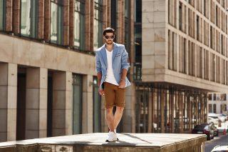 Outfit _Bolf.de-beige/karamell Shorts, kombiniert mit weißen T-Shirt und sportlichen Sakko